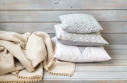 Kuschelige Decken und Kissen